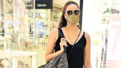 Photo of Azra Akın, Virüsten Korunmak İçin Çift Maske Taktı